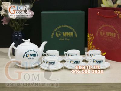 Gốm 10 hoàn thành hợp đồng hàng trăm bộ ấm chén quà tặng cho Công ty Bảo Hiểm Hàng Không Bắc Giang